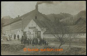 199602 - 1907 BŘEVNOV  dvůr Tejnka, domy v ulici + lidé v popředí, dn