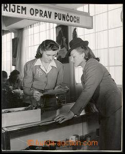 30578 - 1940 Adina Mandlová  advertising photo on/for opravu punčoch