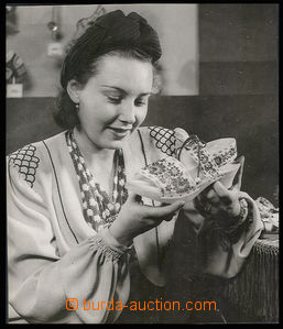 30579 - 1940 Lída Bárová advertising photo on/for wooden shoes firm