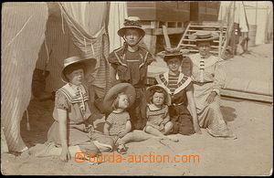 38023 - 1907 Děti a ženy na pláži, prošlá, odřené rohy, zlom