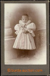 45457 - 1900 kabinetní fotografie dítě v kroji, 10x14cm, fotograf