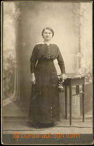 45461 - 1900 kabinetní fotografie  žena stojící u stolku 10x14cm