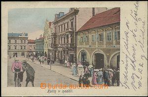 57383 - 1900 Kolín - koláž, náměstí v neděli, postavy, cyklis