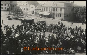 62630 - 1920 ??? - srocení lidu na náměstí, hotel Eisner, obchod Ado