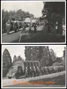 68730 - 1945 2x čb reálfotografie z pohřbu posádky letounu Liberator